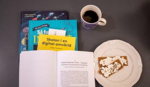 Böcker och en kaffekopp