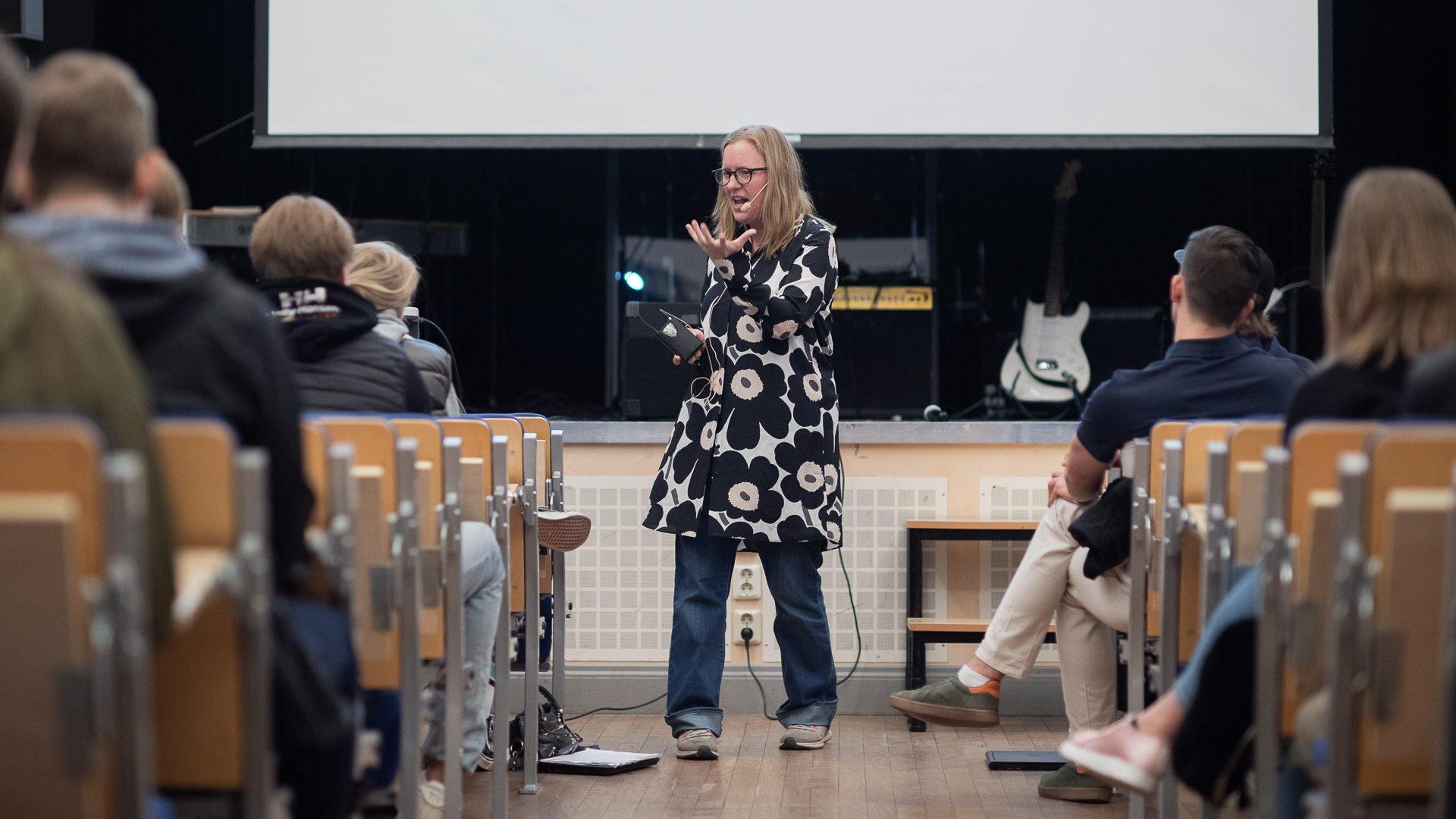 Kristina Alexanderson föreläser kring internet för elever på Hersby gymnasium.