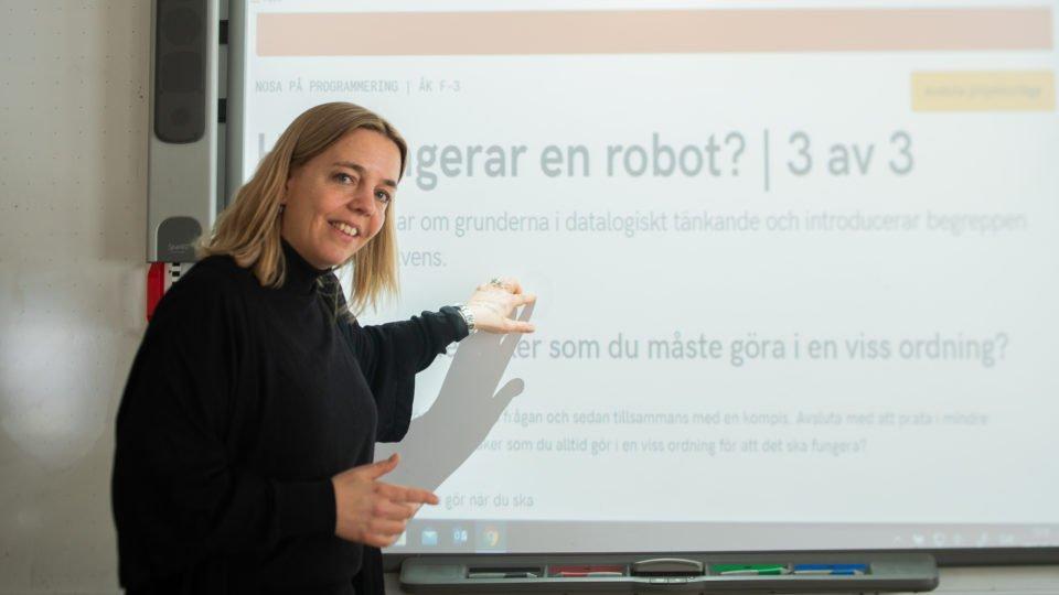 Ingela Lindström undervisar om hur en robot funkar