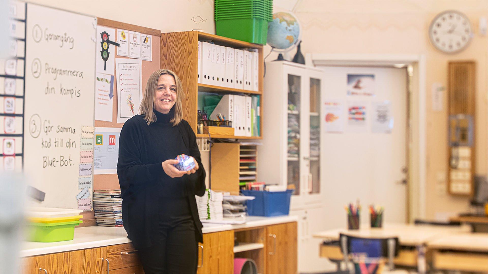 Läraren Ingela Lindström framför tavlan i klassrummet