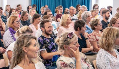 En publik bestående av lärare sitter i en hörsal och lyssnar på ett föredrag